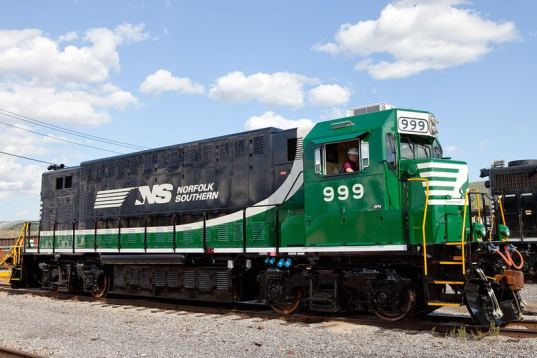Norfolk Southern Unveils Zero Emission Plug-in Electric Train ...