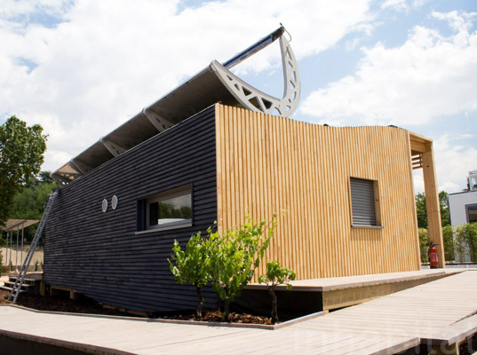 Self sufficient napevomo house taps the sun for power and for Self sustaining home builders