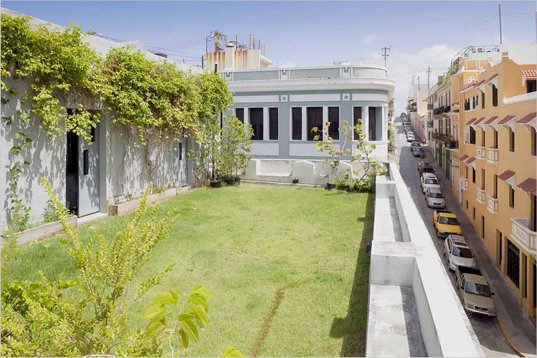 1800 39 s puerto rican home revisioned as green roofed urban for Terrazas ajardinadas