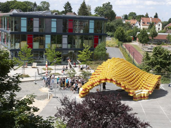 reused materials, reused architecture, green building, Detmold architecture, beer boxes, box pavilion, student built pavilion, student architecture project, University of Applied Sciences , Henri Schweynoch,