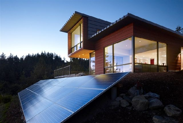 Modern chuckunut ridge house is an off grid solar stunner for Off the grid sustainable green home plans