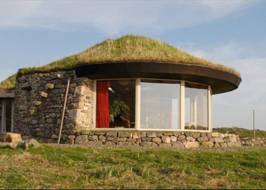 Gorgeous Green Roofed Black Sheep House Looks Out To