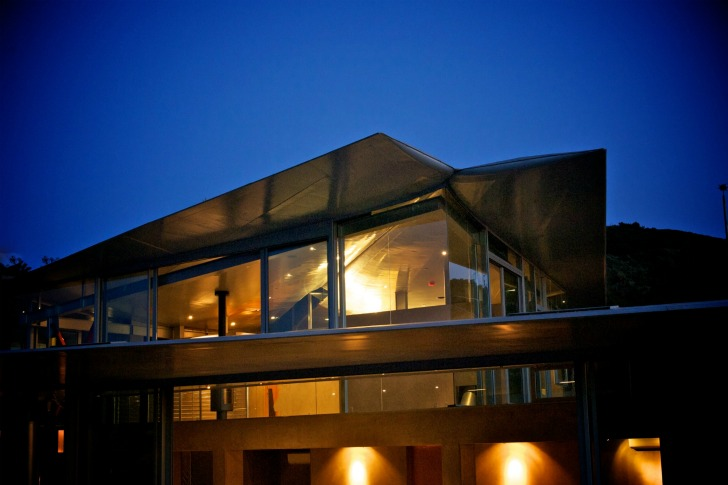 http://inhabitat.com/wp-content/blogs.dir/1/files/2011/06/747-Wing-House-David-Hertz-Architects-19.jpg