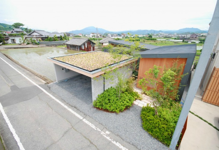 Charming Japanese Residence Has A Green Roofed Garage