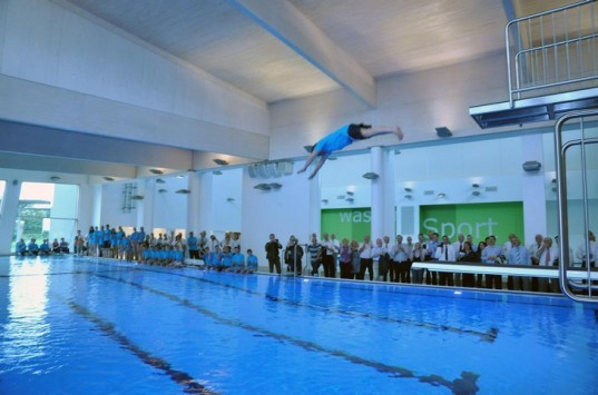 World 39 s first passivhaus public pool opens in l nen for Indoor natatorium design and energy recycling