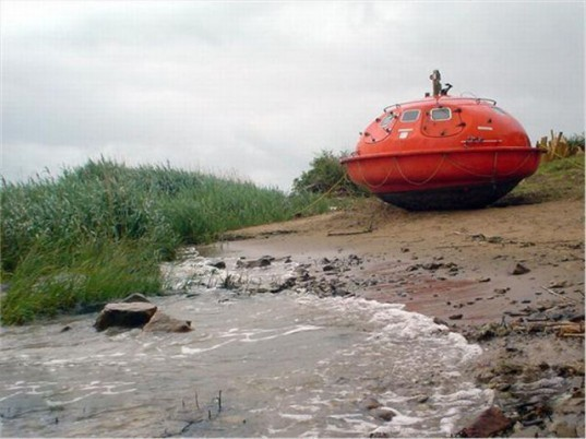 Oil Rig escape pods, survival capsules, Capsule Hotel, the netherlands, floating hotel, denis oudendijk