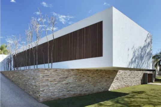 SN House, Studio Guilherme Torres, cantilever, brazil, passive solar house, louvers, green home