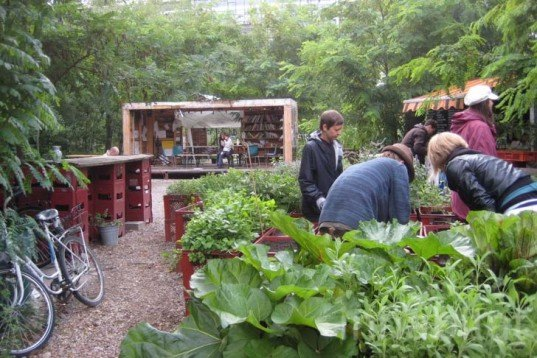 Recycled Materials,Recycling / Compost,Green Materials,Gardening,Eco Travel,DIY,Botanical,berlin,Prinzessinnengarten,social network gardening,open garden,community garden,berlin,mobile garden,recycled shipping container,organic garden,beehive,play house,working garden,organic vegetables