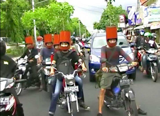 bike helmets, planted bike helmets, bicycling, biking, bike stunt, bike protest, bicycle, bicycle helmet, bike safety, green cities, green indonesia, indonesia environment, environmentalism in indonesia, indonesian art, environmental art, bike art, bicycle art
