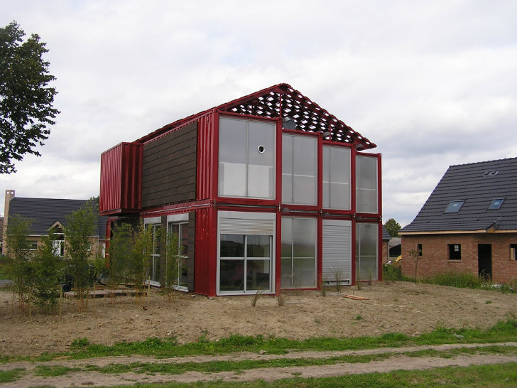 Maison container lille is a bold industrial home made of 8 for Maison container maritime