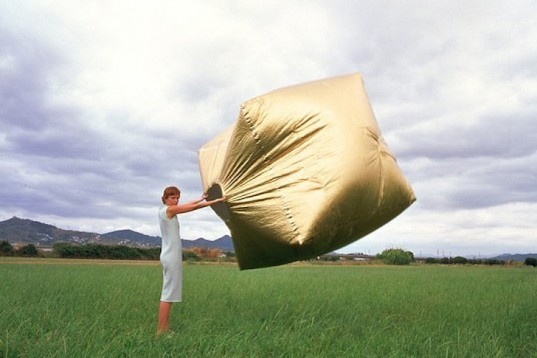 recyclable polyester, Martin Azua, golden polyester, golden cube, pop up house, prefab home, self inflating
