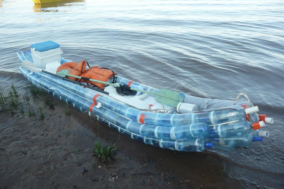 A kayak made from recycled bottles floats down argentina 39 s - Barca porta bote ...
