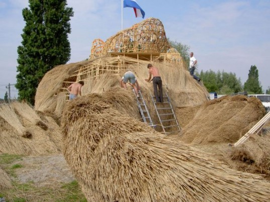 Florentijn Hofman, musk rat, big sculpture, thatch, dutch design, Nieuwerkerk, The Netherlands, dutch countryside, biodegradable materials, local materials, local craftsmen, animals, art, recycled / compost