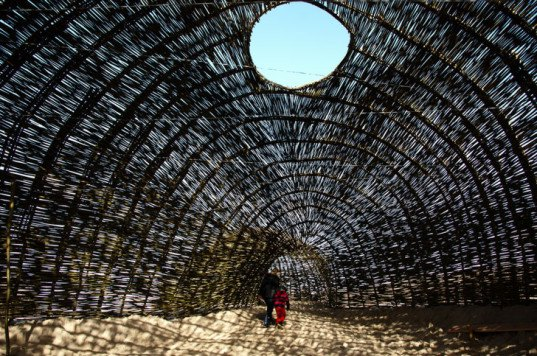 green design, eco design, sustainable design, Marco Casagrande, Sandworm, Wenduine, Belgium, woven structure, woven willow structure, amorphous shelter