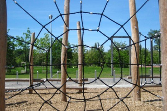 landscape arcitecture, Elegant Playground, Gleisdreieck Park, Atelier-loidl, minimal design, berlin, less is more, ropes, tree trunks, stainless steel, Green Materials, Landscape Architecture