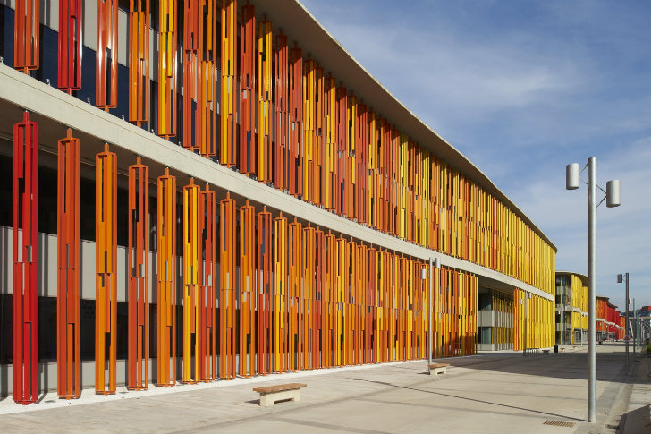 Zaragoza 39 s green roofed ronda office features a rolling - Maderas lamelas ...
