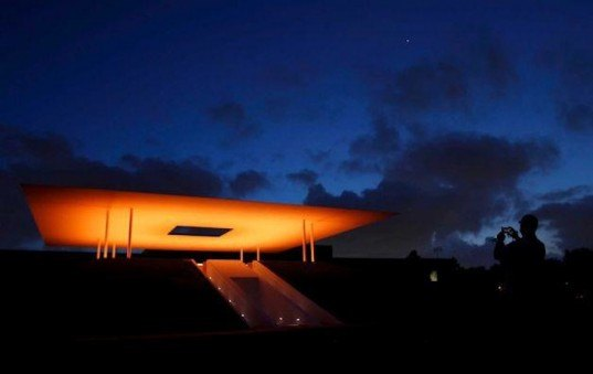 twilight epiphany skyspace by james turrell suspends time. Black Bedroom Furniture Sets. Home Design Ideas