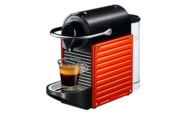 Nespresso 39 s pint size pixie machine is made of recycled coffee capsules - Tasses pixie nespresso ...