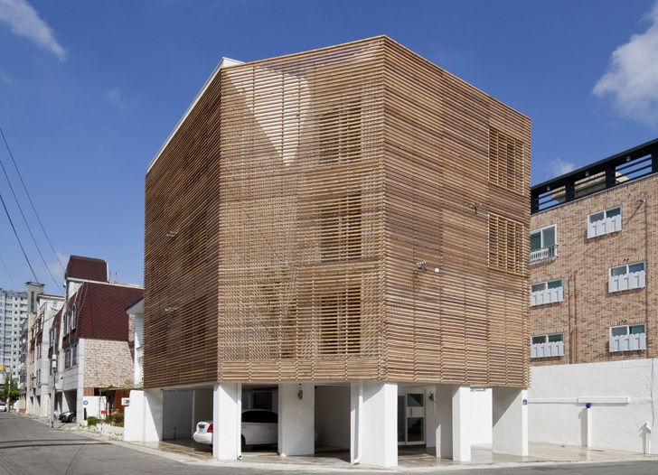 Natural Japanese Cedar Wrapped Louver Haus Keeps Its Cool