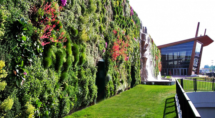 The world 39 s largest living wall flourishes with 44 000 - Giardino verticale madrid ...