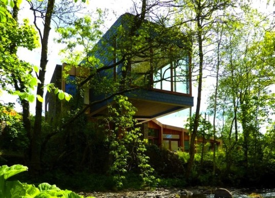 Wales, Longhouse, Featherstone Young, Hovering House, Ty-Hedfan, Brecon Beacons National Park, cantilever, green roof, skylights, green design, sustainable design, eco-design