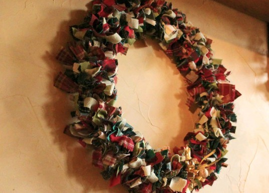 DIY Wreath, green holiday decor, green holidays, eco holiday decor, eco holidays, green design, eco design, sustainable design, green products, eco friendly products, green holiday lights, led holiday lights, led christmas lights, led lights, green lights, green christmas tree, eco christmas tree, recycled christmas tree, eco friendly christmas decor, green holiday decorations