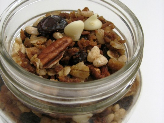 dried granola in a jar, homemade granola, food gifts in jars, homemade granola in a jar