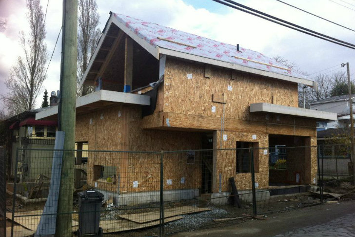 Efficient SIP Laneway House Pops Up in an Unused Urban Backyard in ...