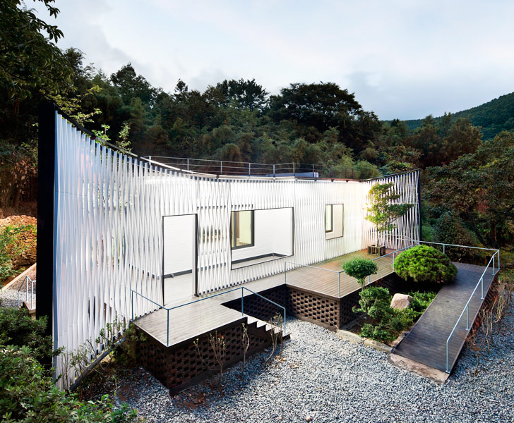 Joho architecture s lattice wrapped namhae house for Architecture et nature
