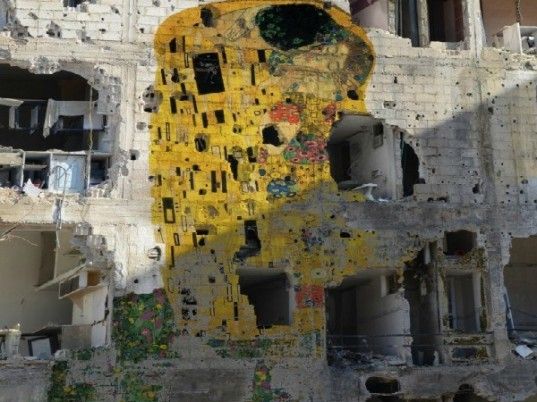 Tammam Azzam, street art, syria conflict, gustav klimt, the kiss, iconic street art, sustainable art, social commentary