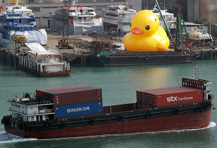 The World S Largest Inflatable Rubber Duck Sails Into Hong