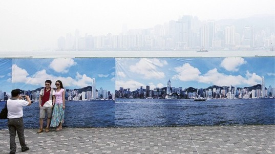 Hong Kong Smog is So Bad Tourists are Getting Their Picture Taken with a Clean Backdrop