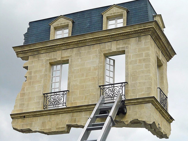Leandro erlich unveils gravity defying floating room in for Meuble architectural