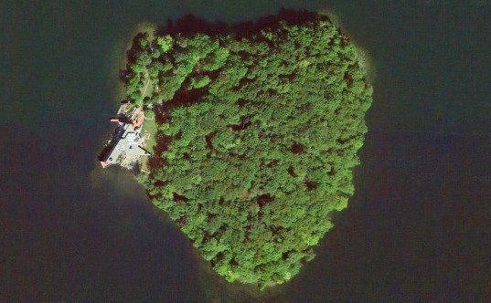 Angelina Jolie, Angelina Jolie Brad Pitt, Angelina Jolie Petre Island, Petre Island Brad Pitt, heart-shaped island, Frank Lloyd Wright, FLW houses, cottages NYC, secluded islands NYC, island as present