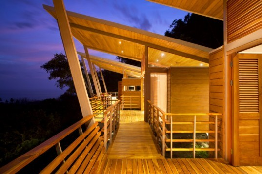 Tropical casa flotanta lightly hovers above the pacific in for Prefab tropical homes
