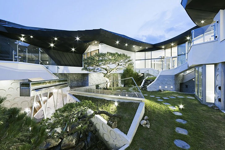 Stunning south korean courtyard home balances tradition for Modern korean house architecture