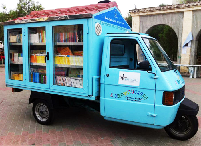 Hand-Built Library on Wheels Helps Retired Teacher Spread the Love of Reading
