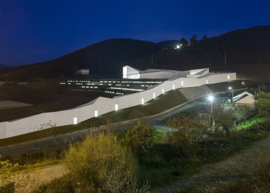 Pocinho Center, olympic rowing, portugal, Álvaro Fernandes Andrade, Douru River Valley, world heritage site, grass terraces, south facing skylights, passive solar design, serpentine architecture