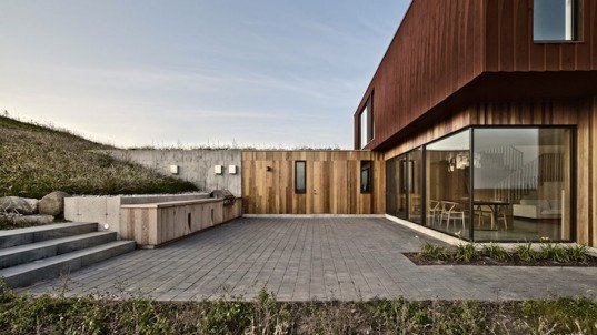house in frogs hollow, ontario, wiliamson chong architects, toronto, grey highlands, native landcape, submerged architecture, mountain biking, bike trails, red stained timber, south facing windows, cnc-milled wood, passive solar heat gain, passive ventilation