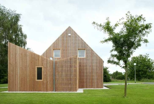 House AND, adn Architectures, Belgium, Belgian architecture, standardized housing, prefab home, pavilion home, wooden architecture, wooden facade, green renovation, house addition, pitched roof