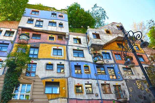 The Hundertwasserhaus apartment complex in Vienna, Austria ...