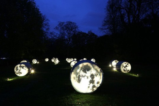 Bruce Munro, Winter Light at Waddesdon, straw bales, Waddesdon Manor House, PET bottles installation, Fiber Optic