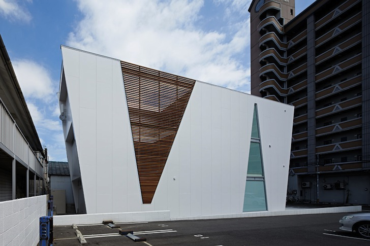 House In Tatemachi S Dramatic Cone Shaped Openings Provide