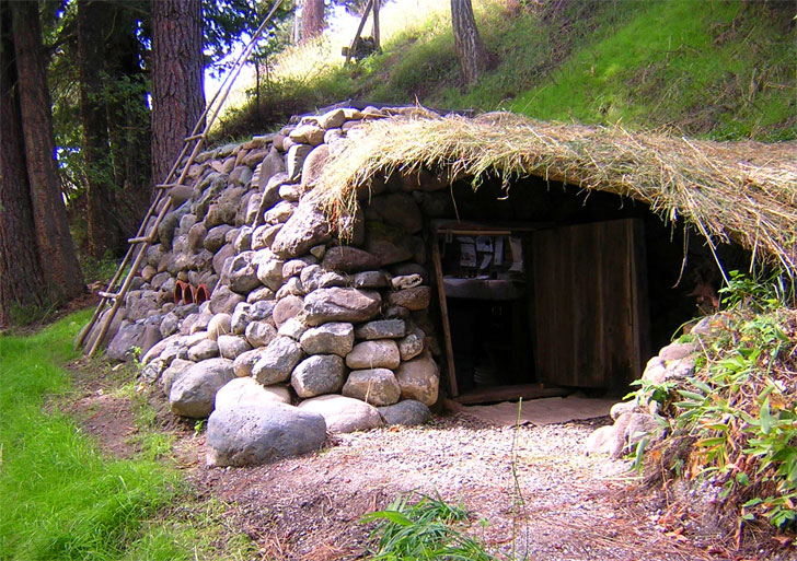 Dan Prices cute little hobbit home cost just 100 to build – Hobbit Style House Plans