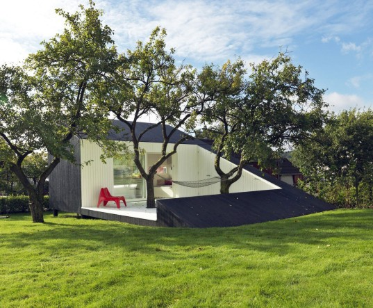 The Slice, Saunders Architecture, Todd Saunders, Norway, Scandinavian design, Canadian architect, tiny home, tiny cabin, minimalist, monochrome, backyard studio, deck, triangular building, triangle, guest house,