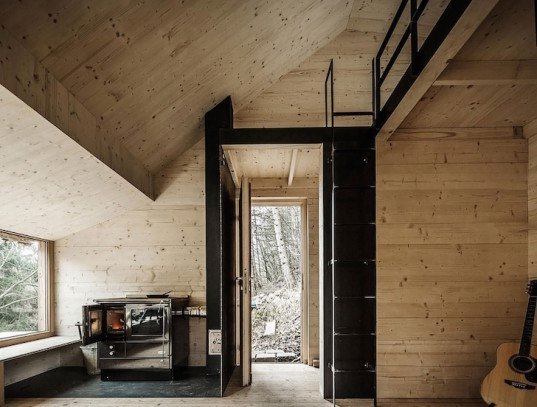 Tom's Hut by raumhochrosen, raumhochrosen, Tom's Hut, prefabricated house, prefabricated cabin, cabin, tiny cabin, minimalist architecture, timber cabin, Austrian architecture, Wienerwald,