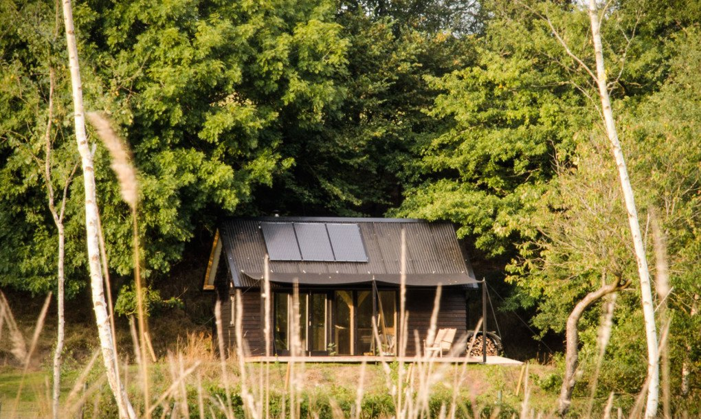 https://inhabitat.com/wp-content/blogs.dir/1/files/2015/06/Out-of-the-Valley-Cabin-by-Rupert-McKelvie-1-1020x610.jpg