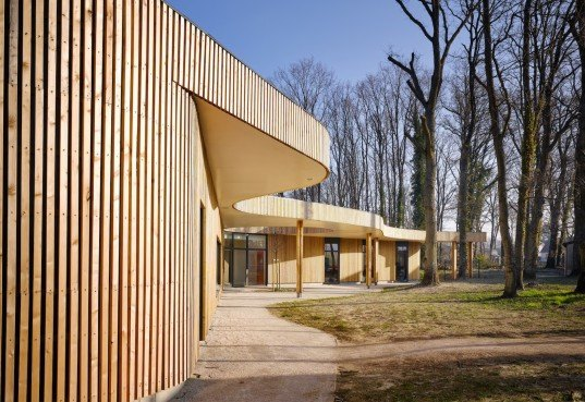 Briis-sous-Forges, MU Architecture, Archicop, Grégoire Dubreux, green roof, larch, timber clad, timber clad architecture, primary school, nature inspired architecture, green roof, battens of wood,