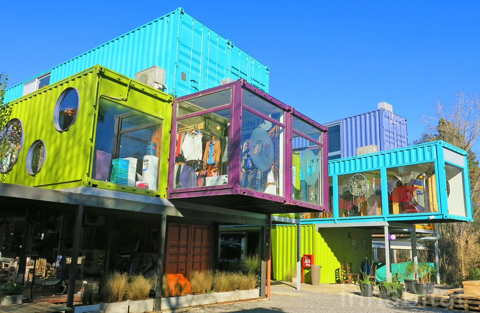 BZZ Arquitectura, shipping container mall, QUO Container Center, Cecilia Bertezzolo, EcoSan, Ingeniero Maschwitz, colorful containers, sustaimable shopping center, Buenos Aires, stacked shipping containers