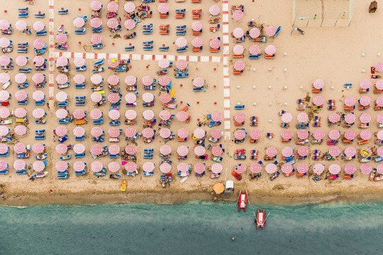 Bernhard Lang, photography, aerial images, aerial photography, beach, pictures of beaches from the air, Adria, Italian beaches photographed from the air, fine art photography, pattern, beach umbrella, Italy, overcrowding, overpopulation